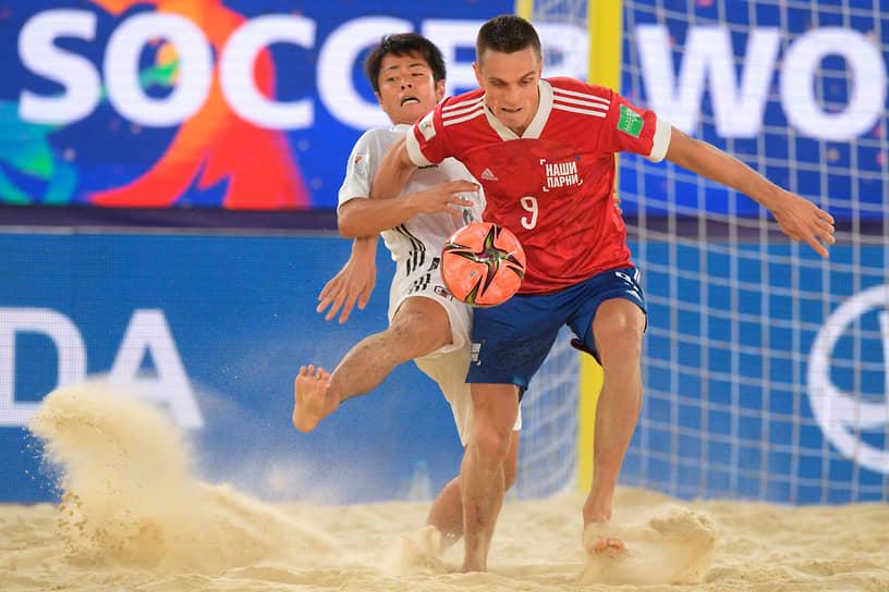 Юрий Крашенников и игрок сборной Японии во время матча
