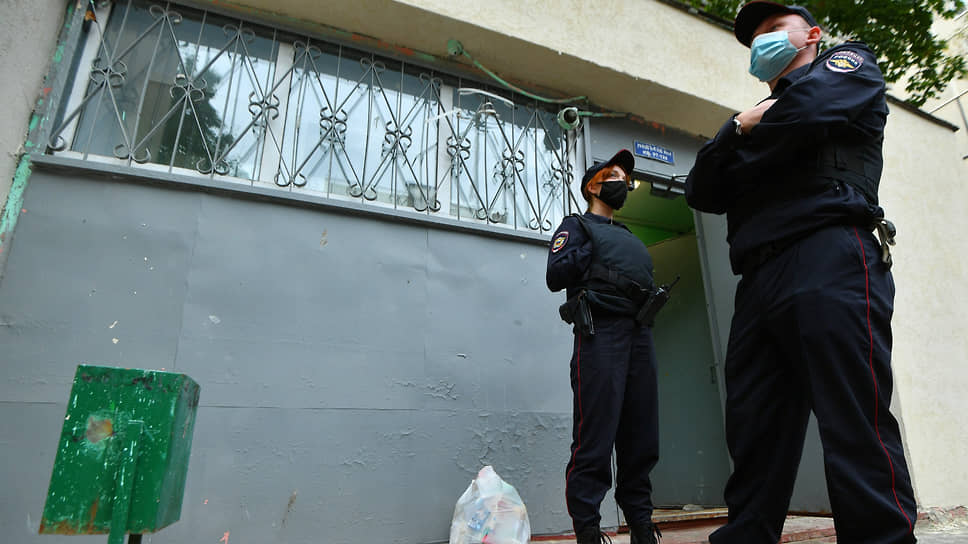 Policemen at the house on Sovkhoznaya Street, where the deceased grandmother and granddaughter lived