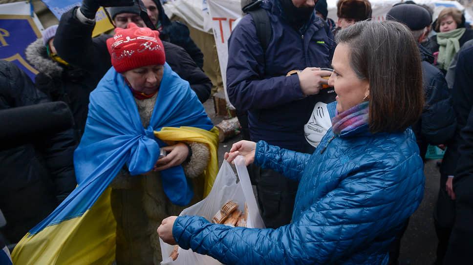 Виктория Нуланд во время посещения  Евромайдана