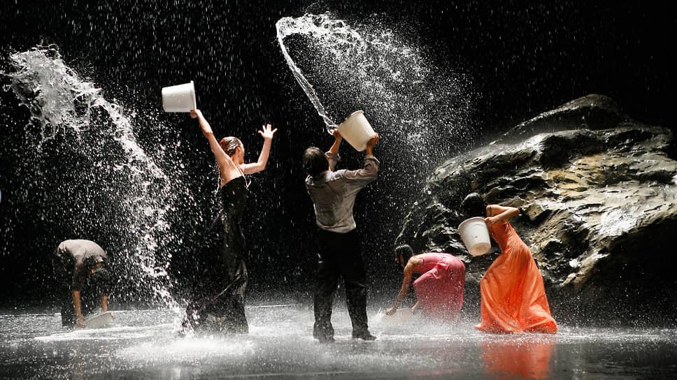 В спектакле «Полнолуние» артисты чувствуют себя как рыбы в воде