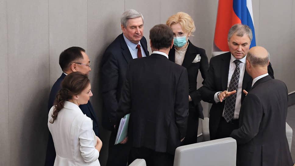 Ирина Яровая (в центре) в новой Думе будет работать с комитетом по законодательству, и мало у кого из ее коллег по президиуму есть репутация столь строгого куратора
