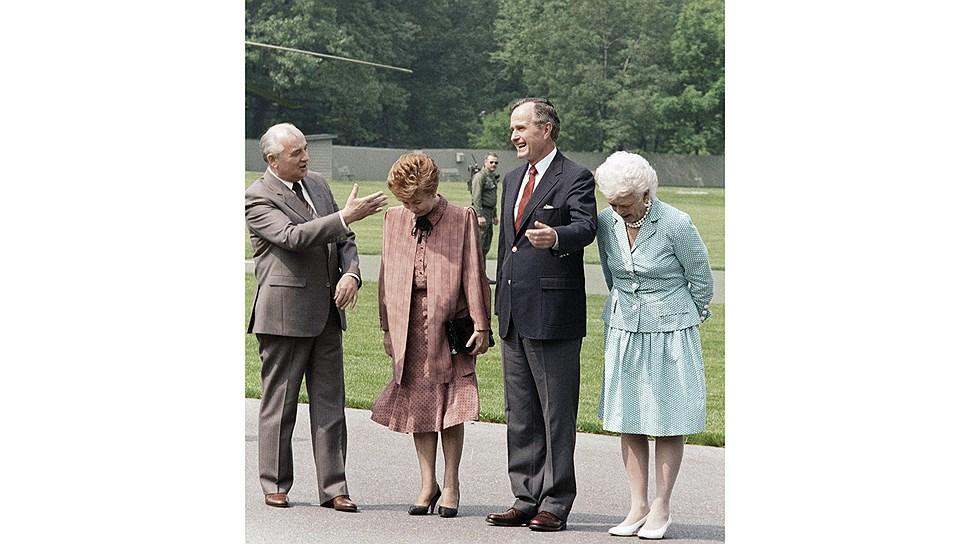 Чета Горбачевых и чета Буш во время церемонии официальной встречи в Америке