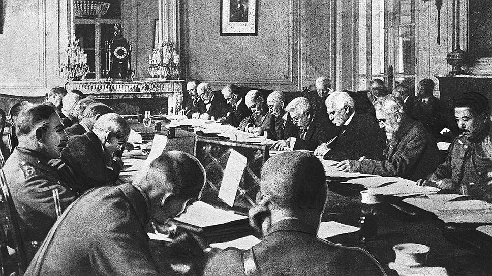 Представители правительств разрабатывают официальные документы Версальского договора