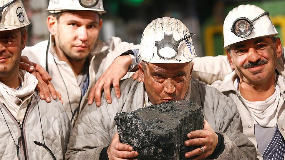 Прощание с каменным углем. Шахтер Франц Ханниэль из немецкого Боттропа целует последний добытый здесь, да и во всей Германии кусок каменного угля. Фото сделано в декабре прошлого года