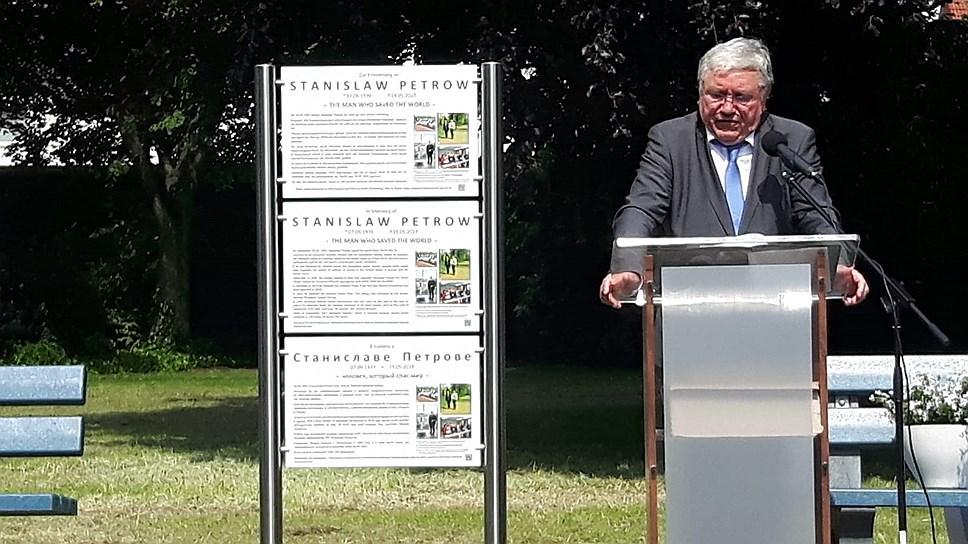 На самом деле Карл Шумахер открыл три мемориальных доски Станиславу Петрову: на немецком, русском и английском языках