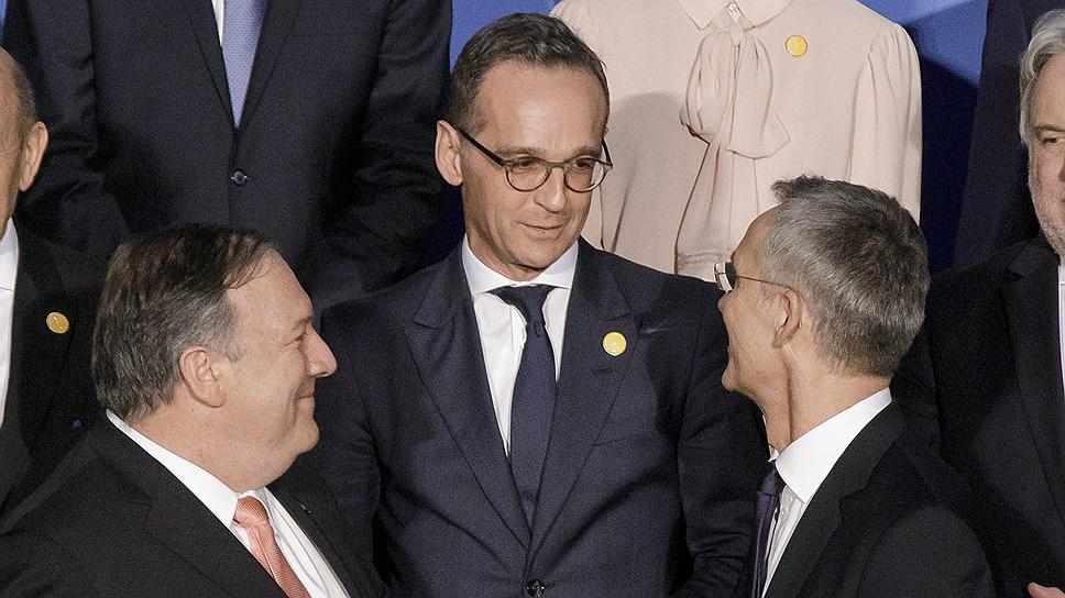 За добрыми улыбками под взглядом теле- и фотокамер между главой американского Госдепа Майком Помпео (слева), министром иностранных дел ФРГ Хейко Маасом (в центре) и генсеком НАТО Йенсом Столтенбергом стоит затянувшийся спор о военном бюджете Германии