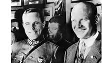 1928 год. Глава немецких коммунистов Эрнст Тельман (справа) в гостях у слушателей Академии им. Фрунзе. Будущее, в котором он сам окажется в тюрьме и потеряет только в СССР около тысячи соратников, еще кажется безоблачным