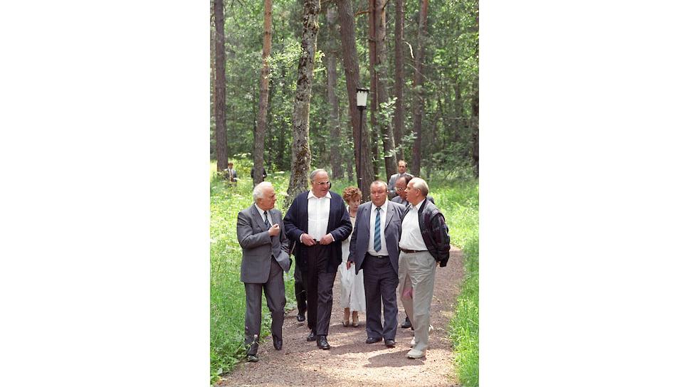 Июль 1990-го. Встреча в Архызе. Слева направо: Эдуард Шеварднадзе, Гельмут Коль, переводчик Александр Курпаков, Михаил Горбачев. На втором плане — Раиса Горбачева