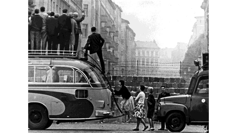 Советским властям и КГБ казалось, что западные и восточные немцы всегда будут общаться так — через стену с крыши автобуса