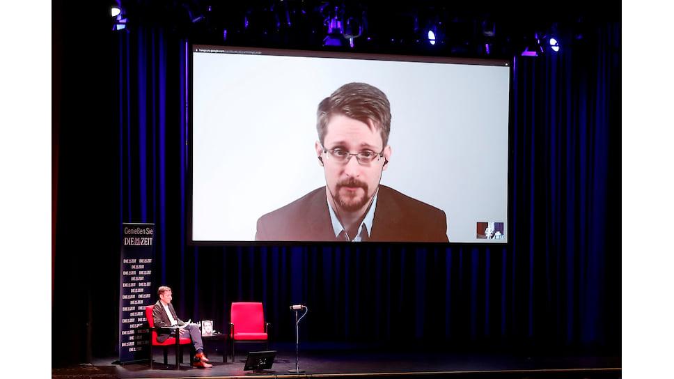 На дискуссии с писателем Сноуденом, которую вел в Берлине журналист Холдер Старк (на фото), кресло автора пустовало, но не пустовал экран