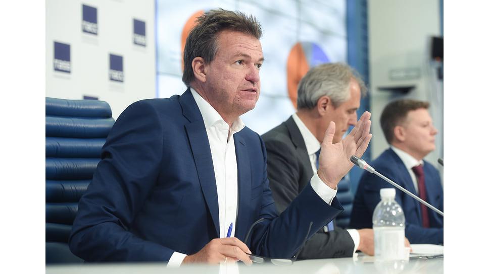 Маттиас Шепп (на переднем плане) рассказывает журналистам, что думает немецкий бизнес о деловом климате в России. Снимок сделан перед началом пандемии