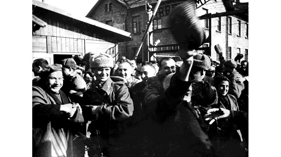 Советские солдаты освобождают один из концлагерей
