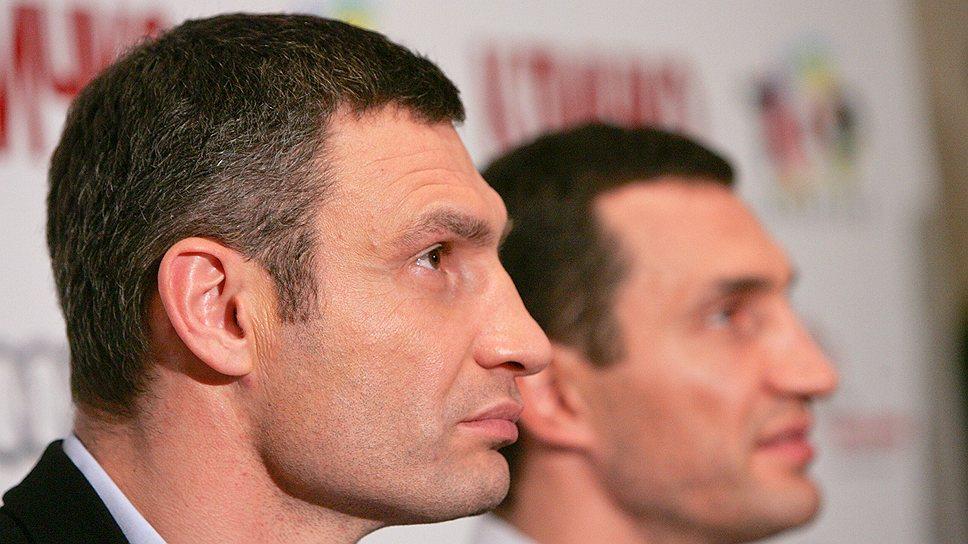 Лидер УДАРа Виталий Кличко (слева) решил, что в глазах киевлян они с братом Владимиром одинаково хороши