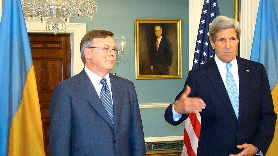 Госсекретарь Джон Керри уверен, что между США и Украиной (слева глава МИДа Леонид Кожара) остаются определенные преграды