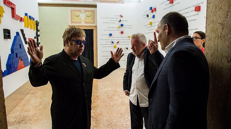 Элтон Джон (слева) оценил размах выставки Future Generation Art Prize@Venice 2013, организованной Фондом Виктора Пинчука (справа)