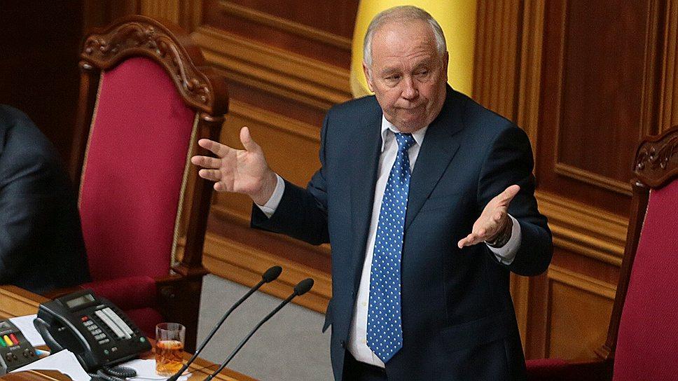 Требование суда отобрать у депутатов удостоверения и значки поставило Владимира Рыбака в неловкое положение