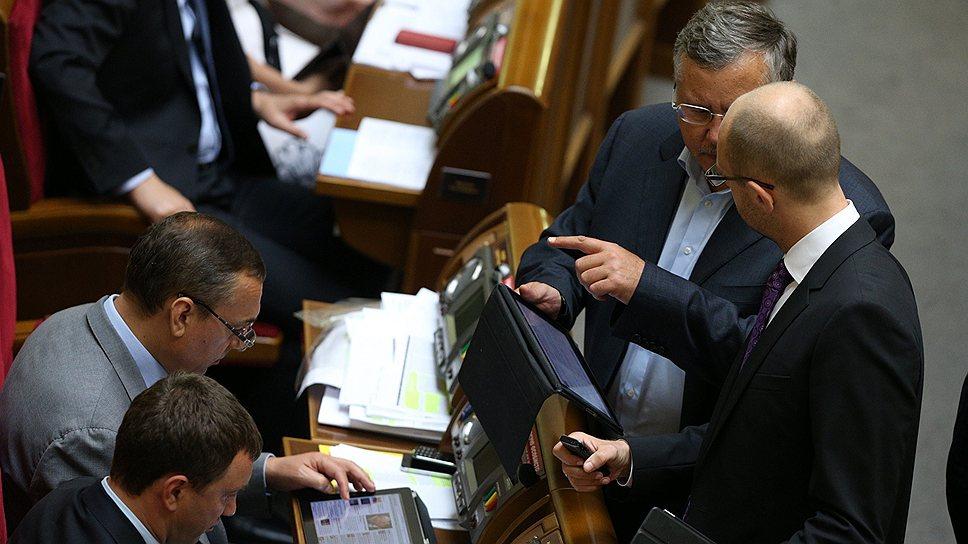 Анатолий Гриценко (второй справа) не устает указывать Арсению Яценюку на нарушения дисциплины депутатами фракции