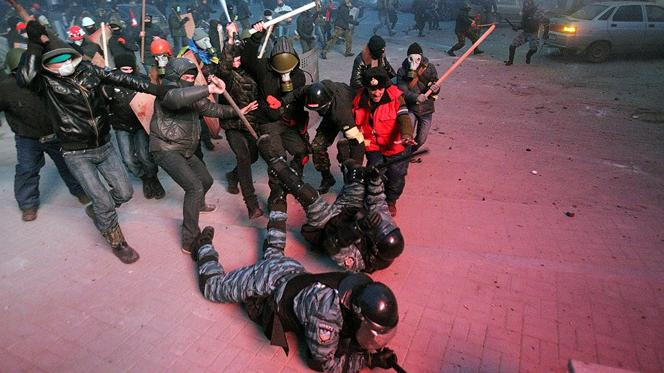 Добиваться падения существующего режима протестующие решили радикальными методами