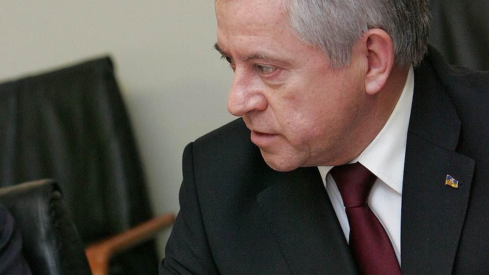 По мнению Анатолия Кинаха, торговля должна быть связанна с техническим регулированием и курироваться Министерством промышленной политики.