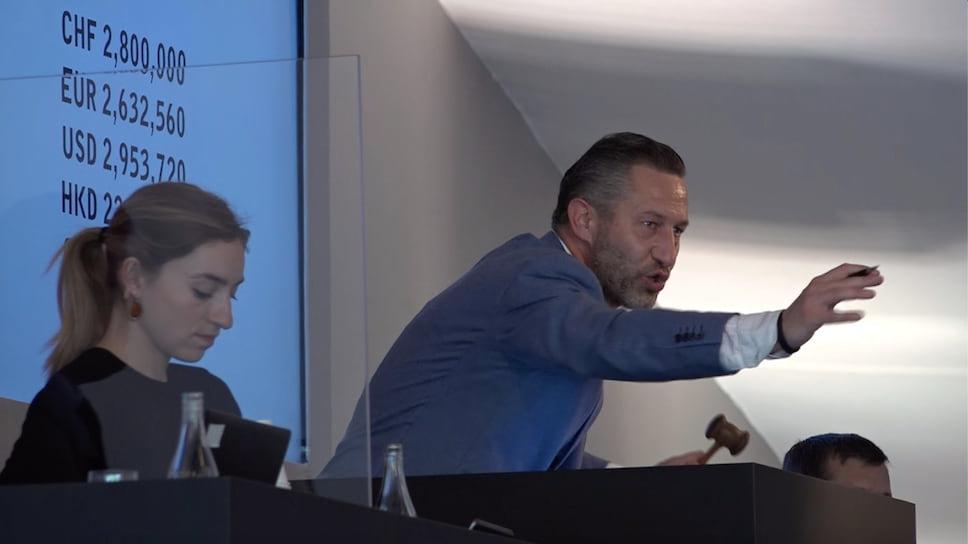 Аурел Бакс на трибуне продает лот 38 на часовом аукционе The Geneva Watch Auction: XI