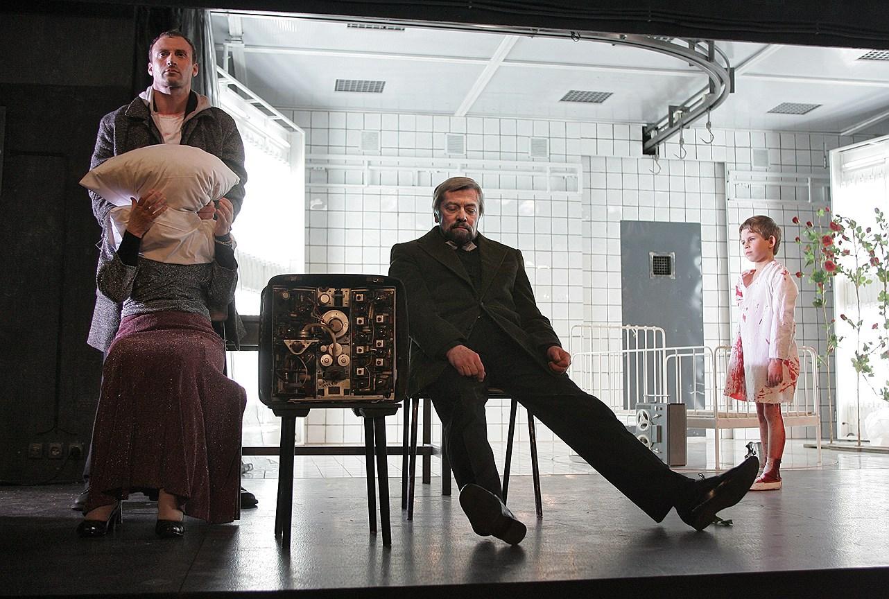 Спектакль «Человек-подушка» на сцене МХТ им. А.П. Чехова. Постановка К. Серебренникова