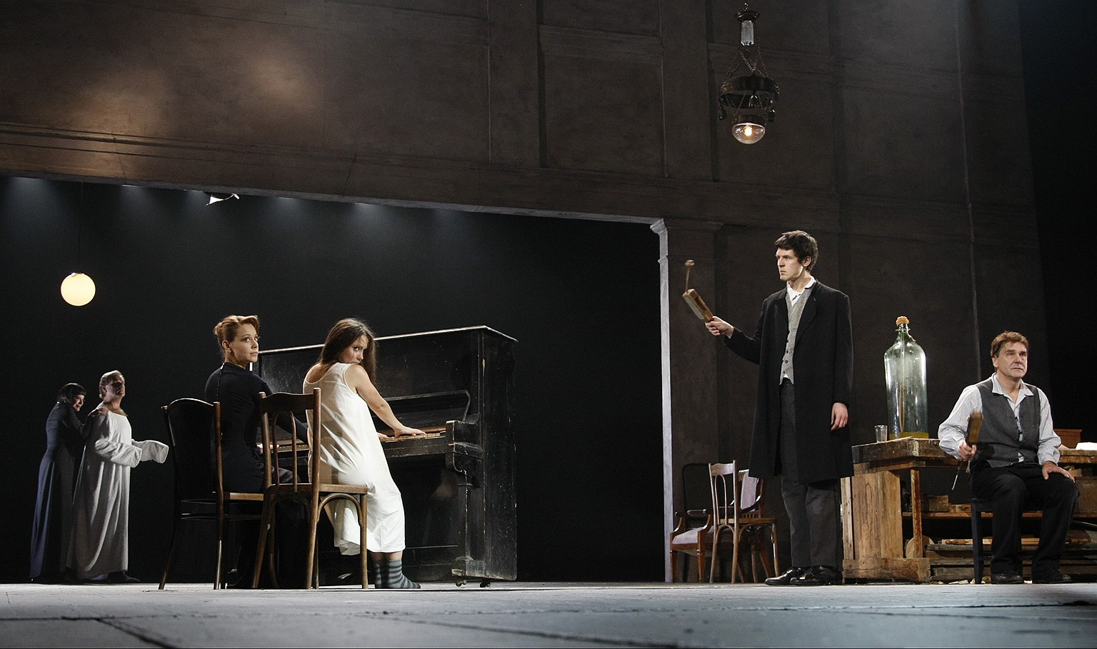 Спектакль «Дядя Ваня» на сцене Театра им. Евг. Вахтангова. Постановка Р. Туминаса