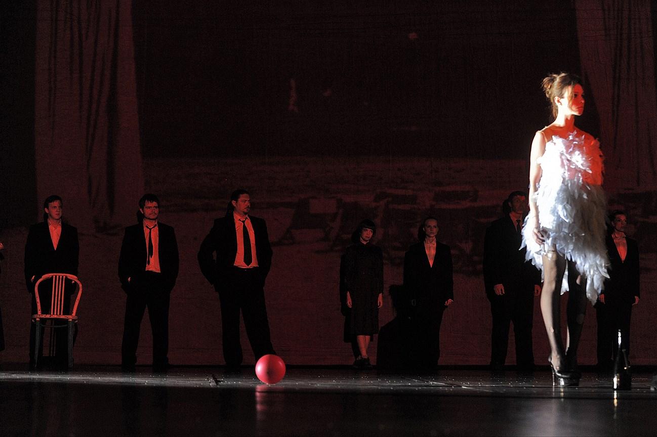 Спектакль «Добрый человек из Сезуана» на сцене Театра им. А.С. Пушкина. Постановка Ю. Бутусова