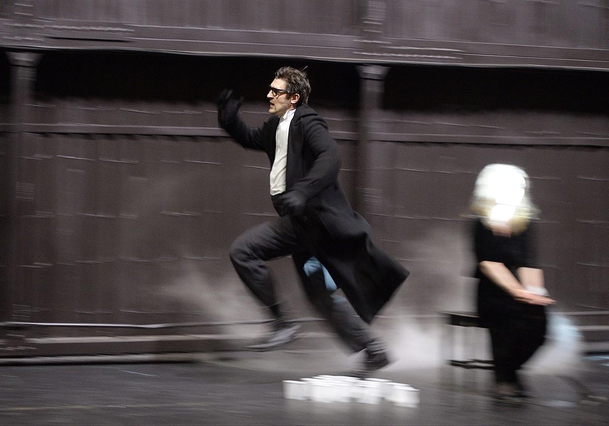 Спектакль «Бег» на сцене Театра им. Евг. Вахтангова. Постановка Ю. Бутусова