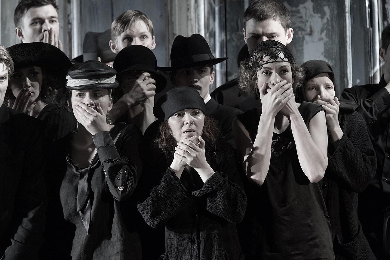 Спектакль «Самоубийца» на сцене «Студии театрального искусства». Постановка С. Женовача