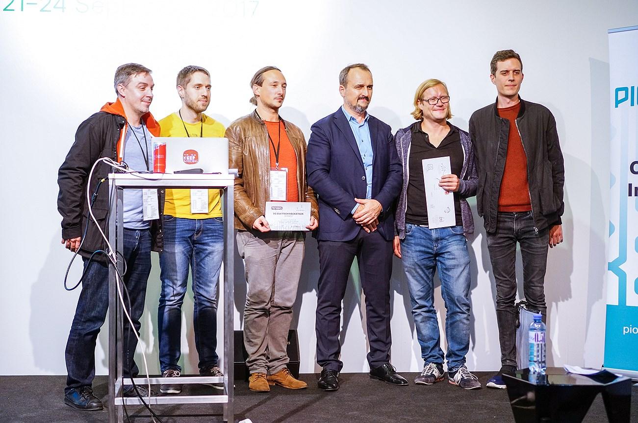 Владелец ярмарки viennacontemporary Дмитрий Аксенов (третий справа) и победители хакатона