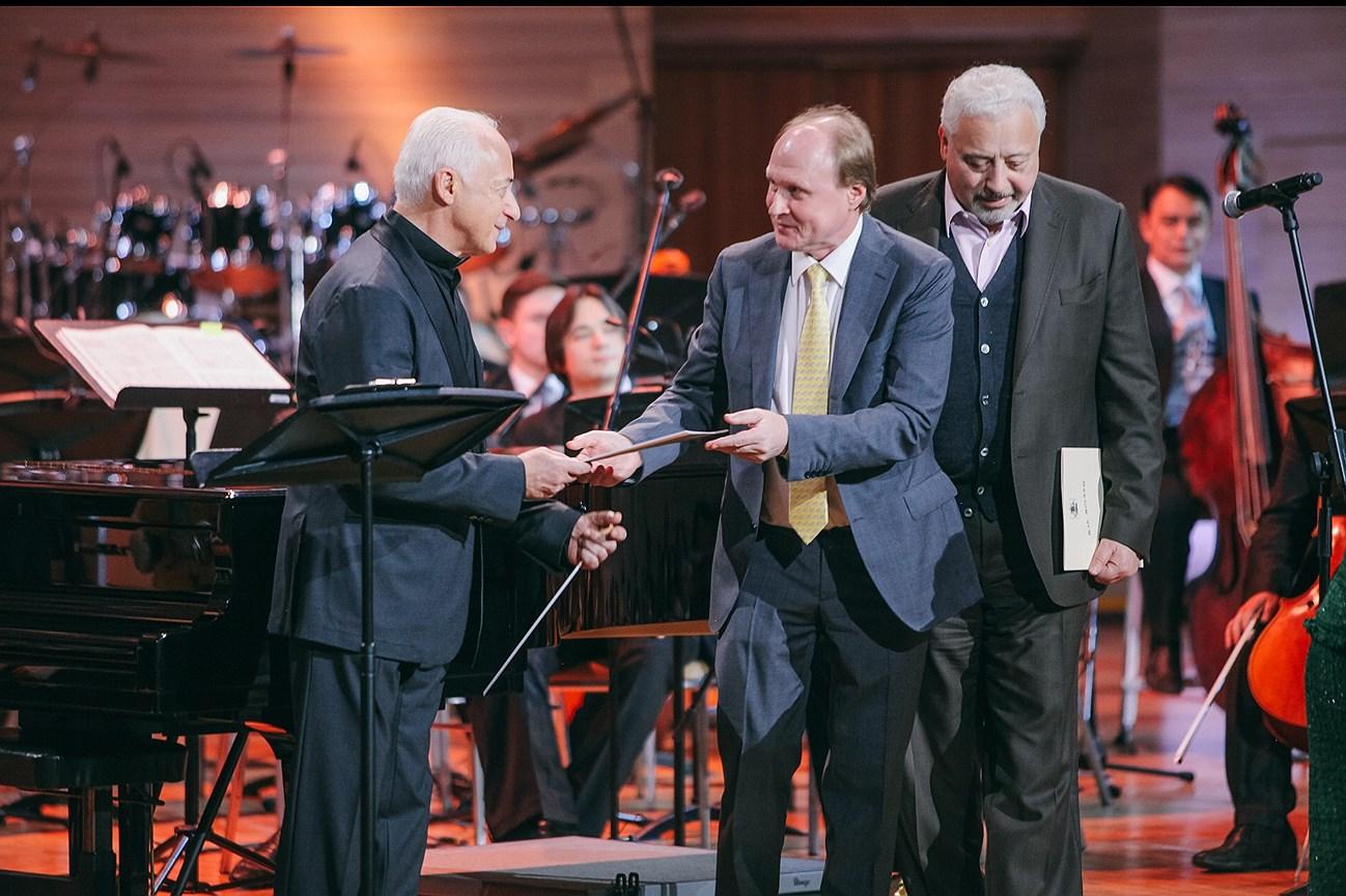 Владимир Толстой (в центре) вручает Владимиру Спивакову (слева) поздравление Владимира Путина