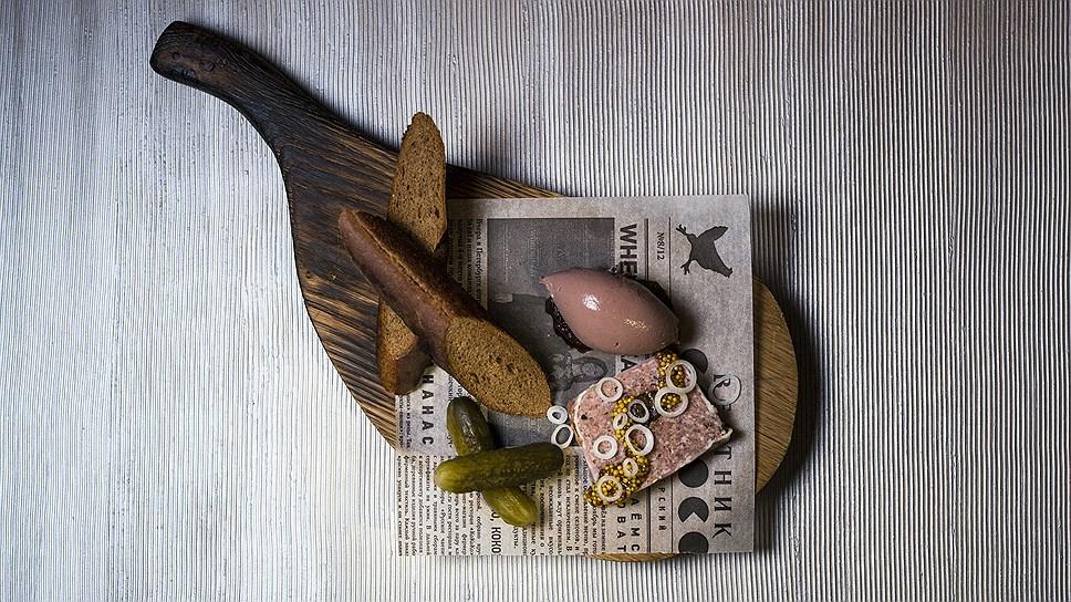 Паштеты с луковым вареньем и тосты из ржаного хлеба