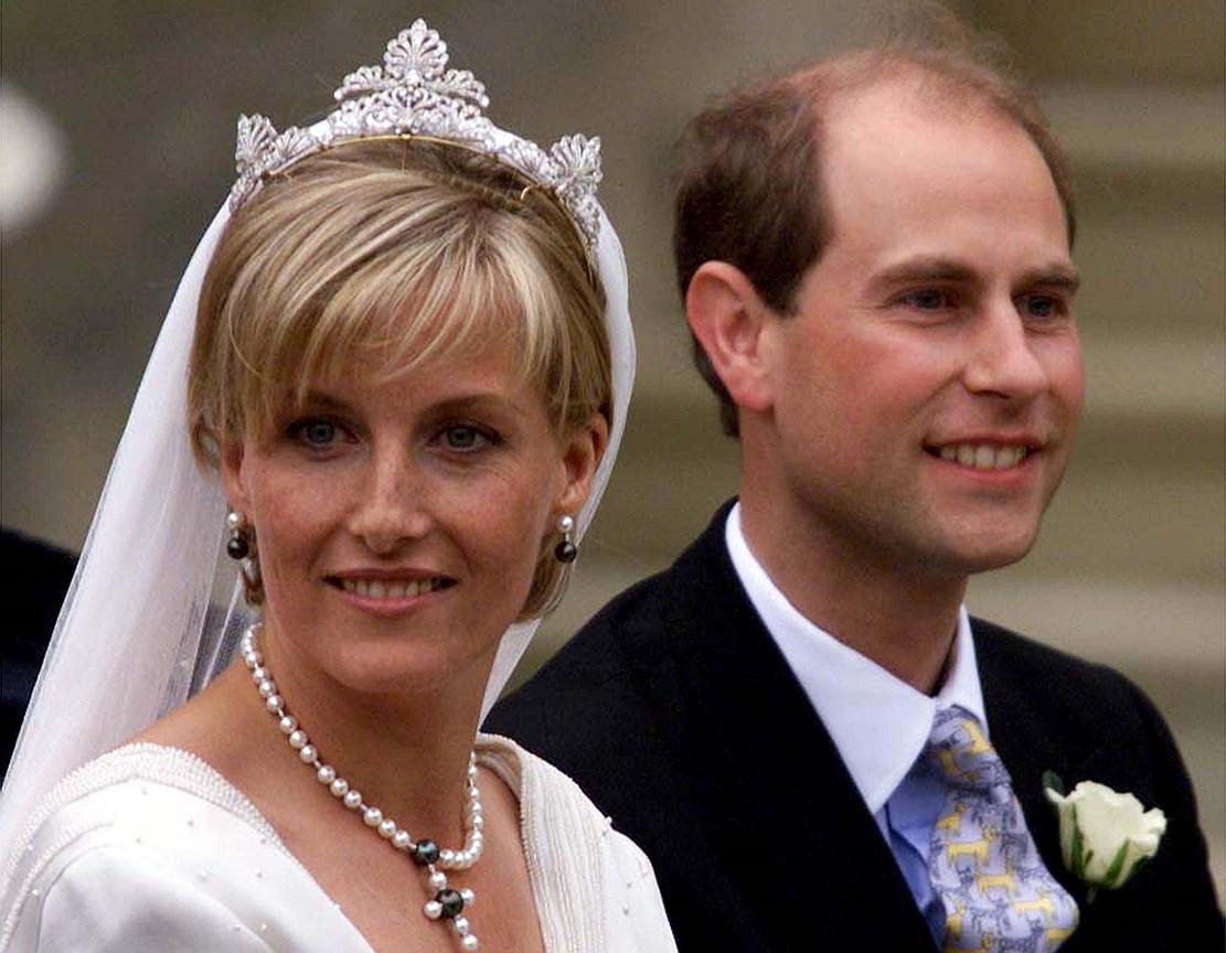 Софи, графиня Уэссекская. Муж: принц Эдвард, граф Уэссекский, младший сын королевы Елизаветы II. Свадьба: 19 июня, 1999 года. Тиара: подарок Елизаветы II, специально для Софи созданная придворным ювелиром из нескольких украшений, принадлежавших королеве Виктории.