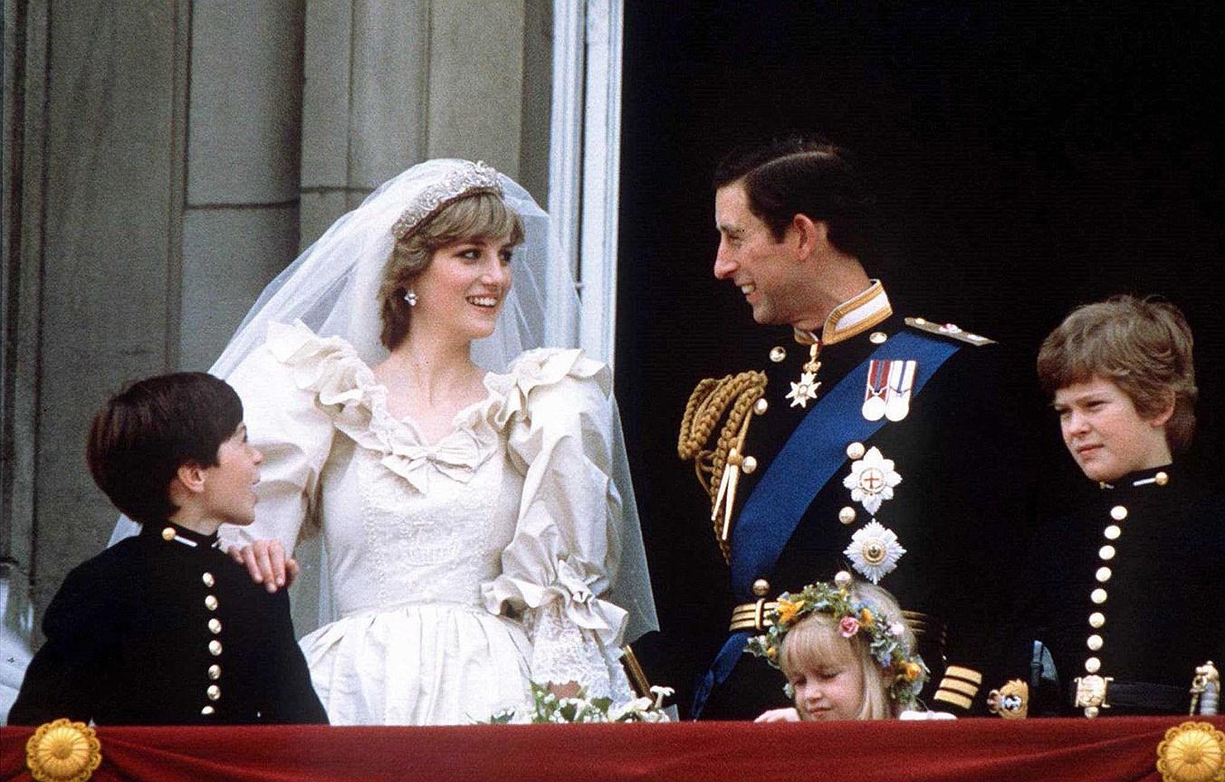 Принцесса Диана. Муж: принц Чарльз. Свадьба: 29 июля 1981 года. Тиара: Spencer, фамильная драгоценность, собранная из нескольких украшений ювелирным Домом Garrard, в которой также выходили замуж сестры Дианы и жена брата Дианы.