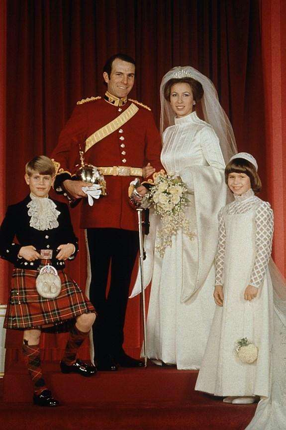 Принцесса Анна, единственная дочь королевы Елизаветы. Муж: спортсмен-конник Марк Филлипс. Свадьба: 14 ноября 1973 года. Тиара: Russian Fringe, созданная Домом Garrard, принадлежавшая королеве Мэри, в которой выходила замуж сама Мэри.
