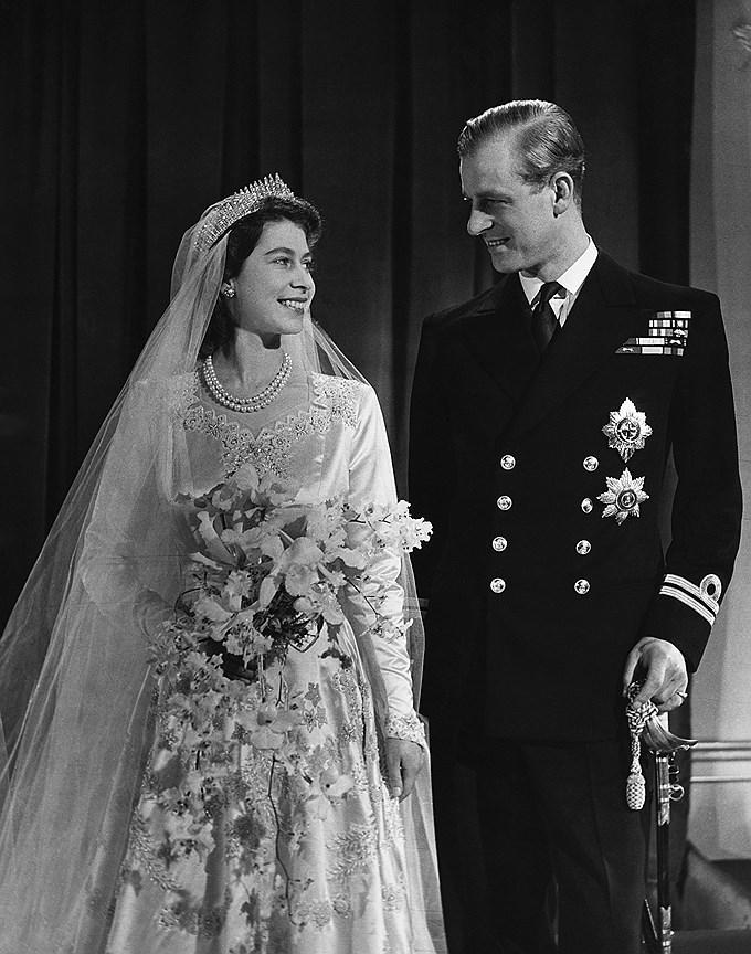 Королева Елизавета II. Муж: принц Филипп, герцог Эдинбургский. Свадьба: 20 ноября, 1947 года. Тиара: Russian Fringe, принадлежавшая королеве Мэри, бабушке Елизаветы, которая также трансформируется в колье.