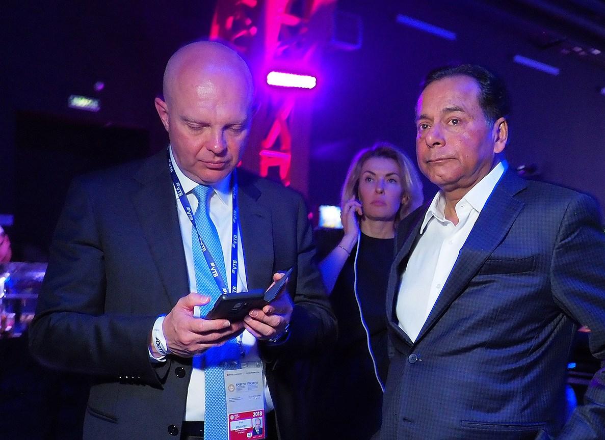 Первый заместитель президента, председателя правления ВТБ Юрий Соловьев  (слева)