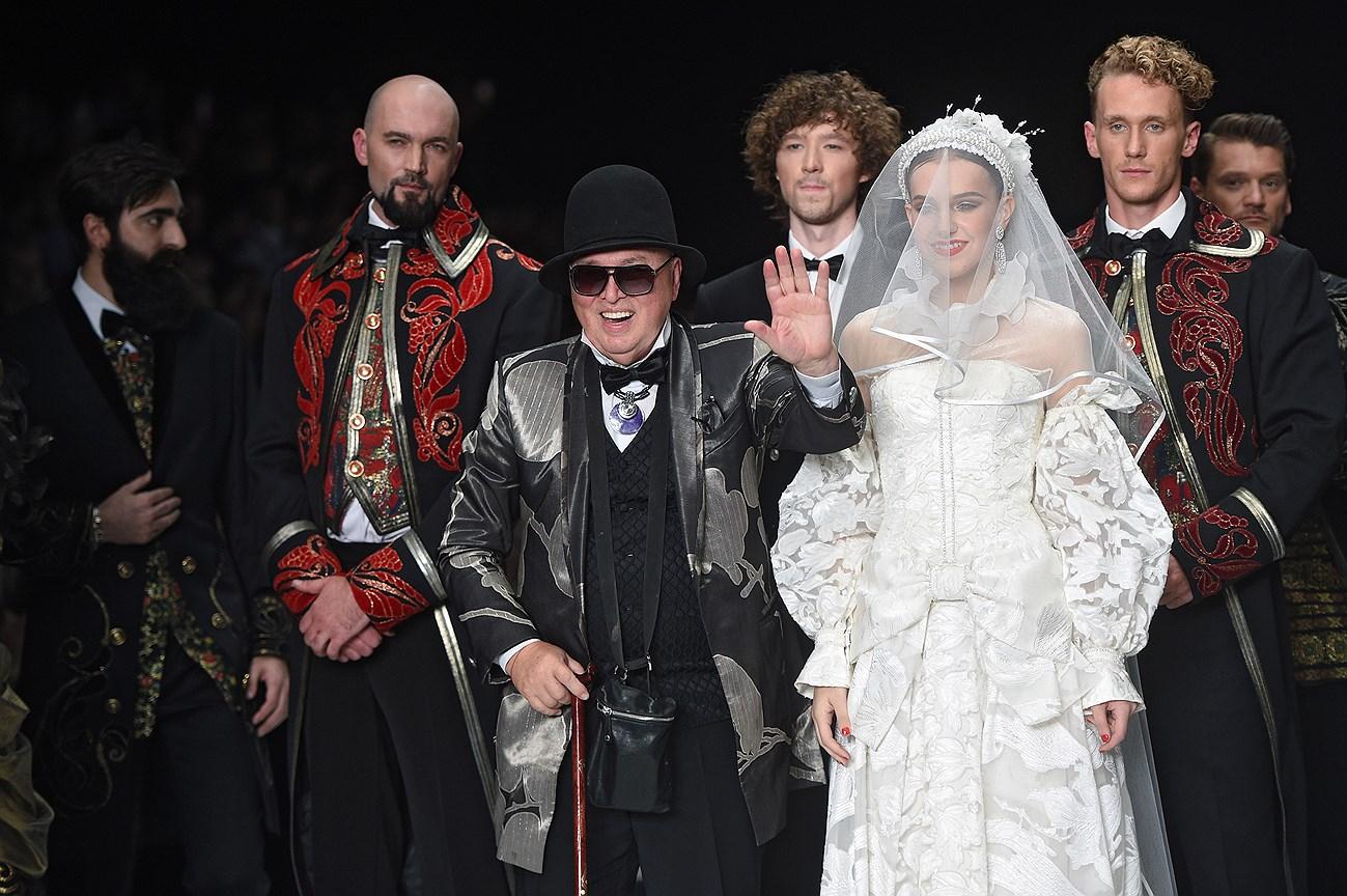 Модельер Вячеслав Зайцев (в центре) в финале показа