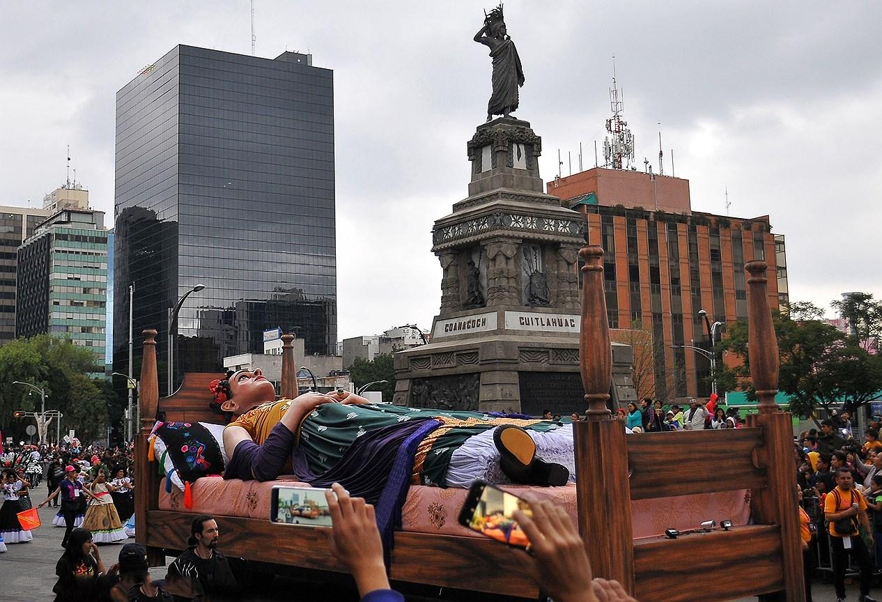 Гигантская фигура  мексиканской художницы Фриды Кало во время парада мертвых в Мехико