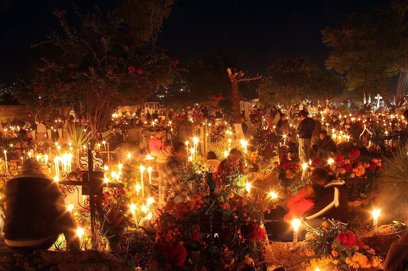 Жители участвуют в ритуале «свеча мертвых» на кладбище города Оахака в День мертвых