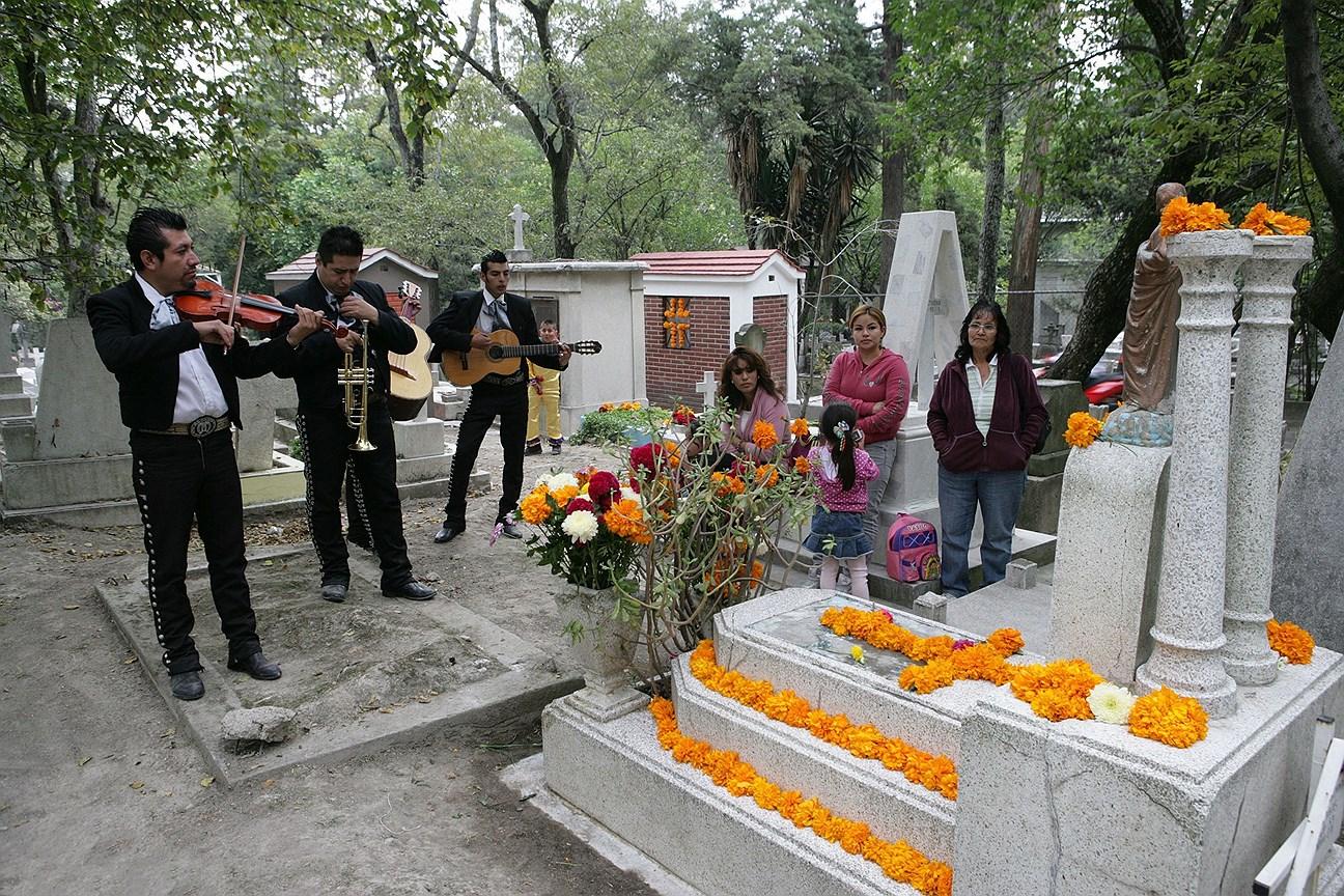 Оркестр мариачи на кладбище в День мертвых