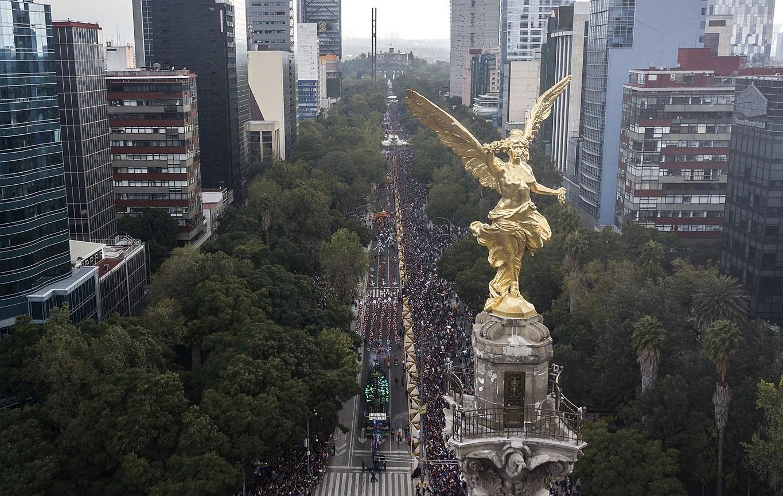 Вид  с высоты Колонны Независимости на участников парада в День мертвых в Мехико