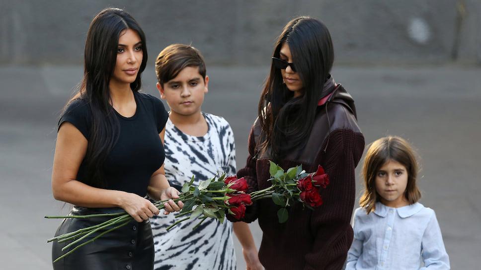 Ким и Кортни Кардашьян с детьми  посещают мемориальный комплекс Геноцида армян Цицернакаберд в Ереване