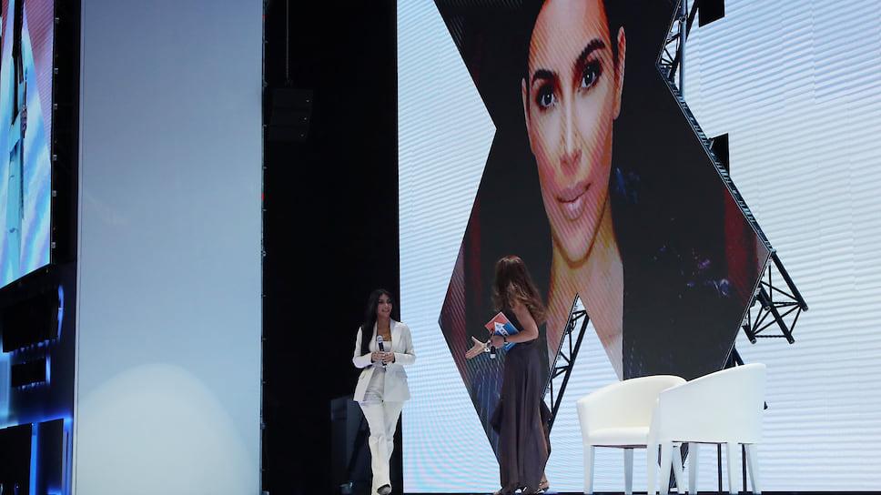 Ким Кардашьян во время Всемирного конгресса по информационным технологиям WCIT 2019  в Ереване