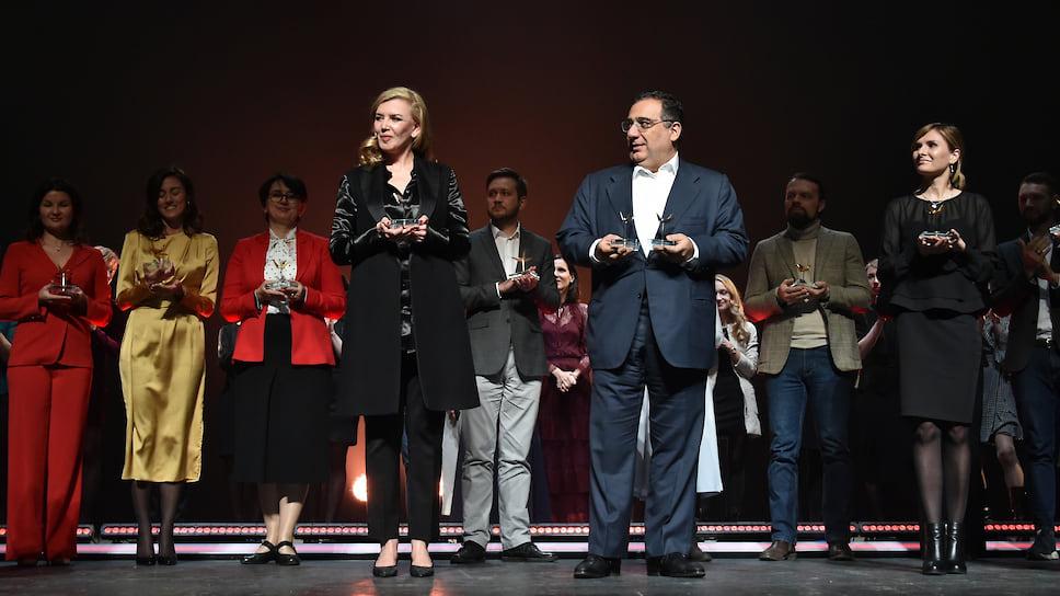 """Директор Фонда содействия развитию современного искусства RuArts Марианна Сардарова (слева) и сооснователь международной гуманитарной инициативы """"Аврора"""" Рубен Варданян (в центре)"""
