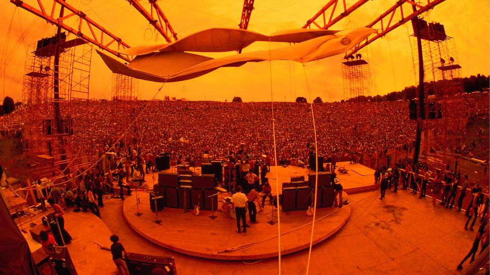 Карлос Сантана на сцене во время музыкального фестиваля в Вудстоке, 1969 г.