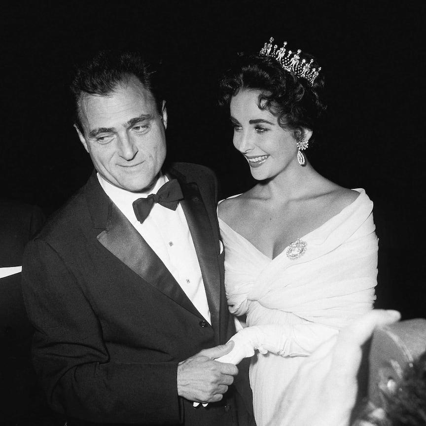 Элизабет Тейлор в тиаре, бриллиантовых серьгах и броши с мужем Майклом Тоддом, 1957 год