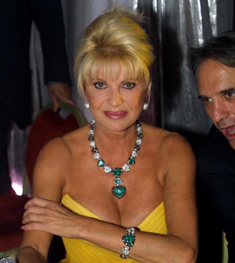 Ивана Трамп в парюре с сердцевидными бриллиантами и изумрудами, 2002 год