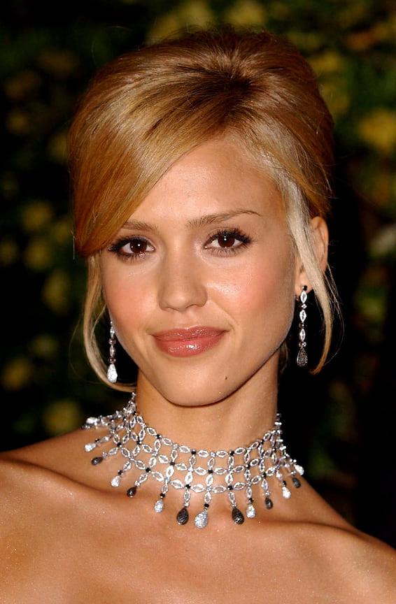 Джессика Альба в чокере и  серьгах с бриллиантами и жемчугом, 2005 год