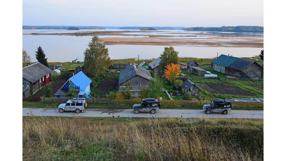 Автоколонна экспедиции возле деревни Вершинино Архангельской области